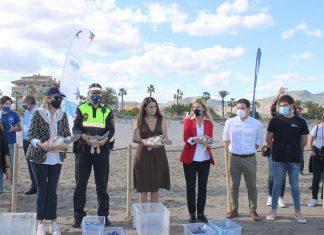 L'alcaldessa de Castelló participa en la solta de 20 tortugues nascudes d'un niu descobert en El Serradal